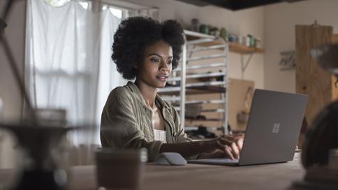 Mujer con un paquete de experiencia local en un equipo PC