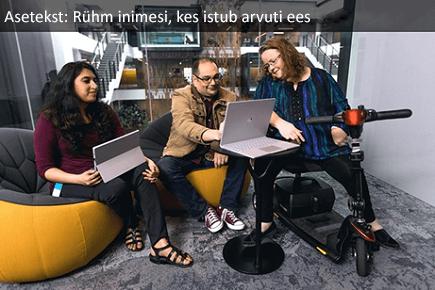 Inimeste rühm, kes istub arvuti ees