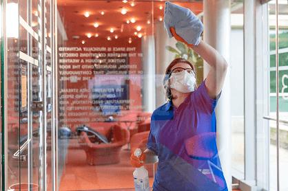 Kontseptuaalne – foto, mille haldur puhastab akna.