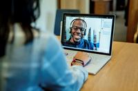 Kuva naisesta virtuaalisessa kokouksessa