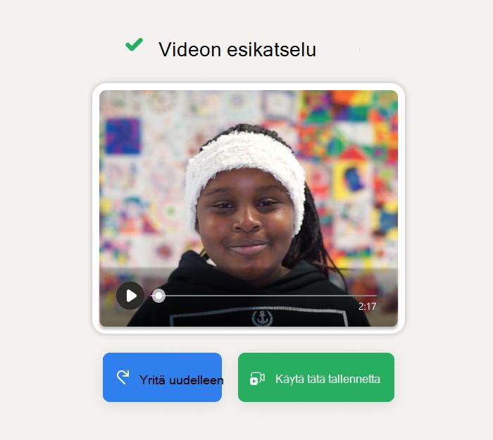 """Näytössä lukee """"Esikatsele video"""", tummaihoinen opiskelija valkoisessa hiuspannassa hymyilee videon pysäytyskuvassa. Painikkeiden alapuolella lukee """"Yritä uudelleen"""" ja """"Käytä tätä tallennetta"""""""