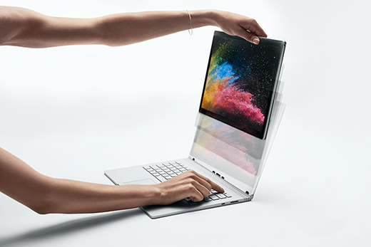 Kuva Surface Book 2:n näytöstä, jota ollaan vetämässä ja irrottamassa näppäimistöstä.