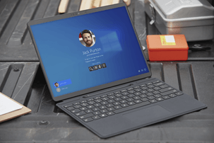 Kannettava tietokone, jossa näkyy Windows 10:n kirjautumisnäyttö.