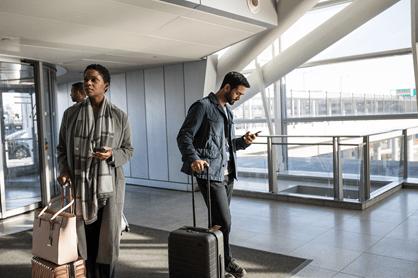 Kuva ihmisistä lentokentällä.
