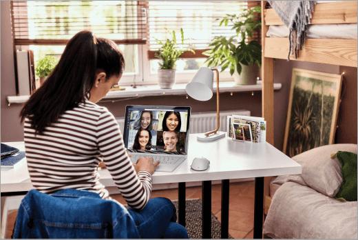 Opiskelija osallistuu Microsoft Teamsin videopuheluun kannettavalla tietokoneella