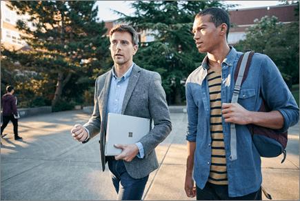 Kaksi miestä keskustelemassa kävelyllä
