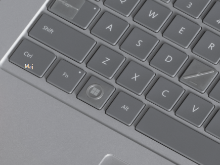 Un clavier avec étiquettes de touches sur le clavier.