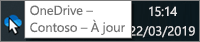 Capture d'écran montrant le curseur pointant sur l'icône OneDrive bleue dans la barre des taches, avec le texte OneDrive - Contoso.