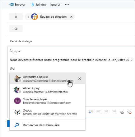 Capture d'écran de la boîte de dialogue Nouveau message d'Outlook affichant une @mention dans le texte du message.