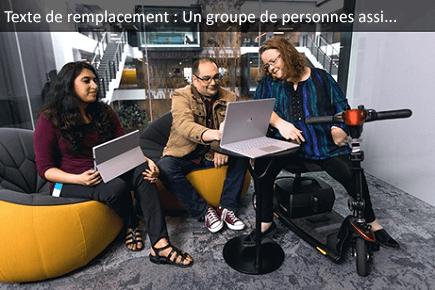 Groupe de personnes assises devant un ordinateur