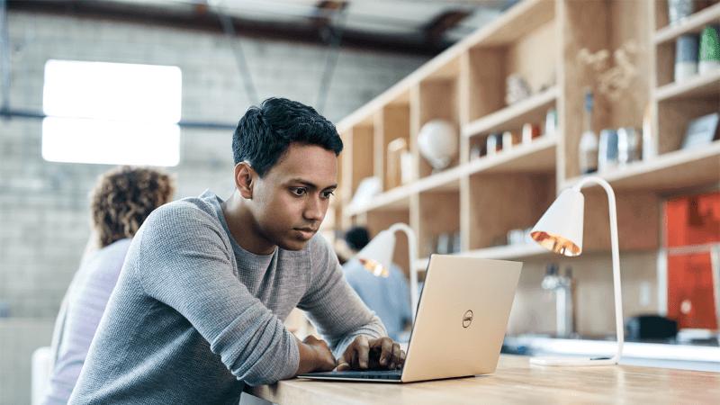 תמונה של תלמיד עם מחשב נישא