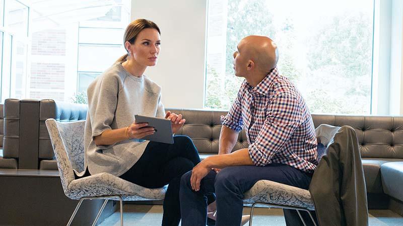 גבר ואישה מדברים במשרד
