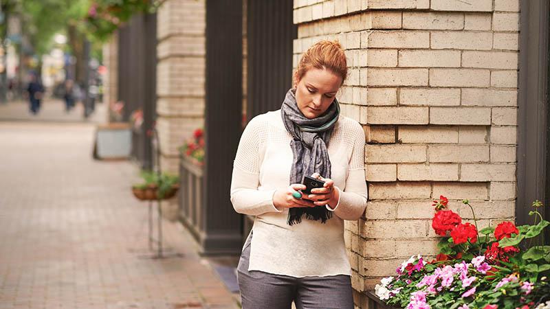 אישה המשתמשת בטלפון נייד