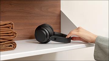 הנחת Surface Headphones על מדף