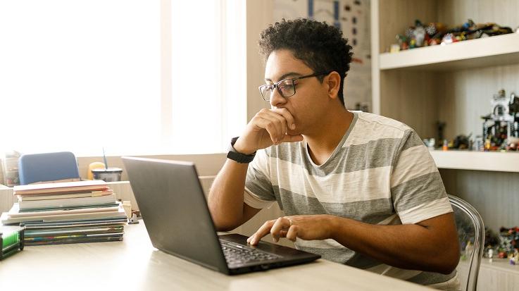תמונה של תלמיד שעובד במחשב נישא