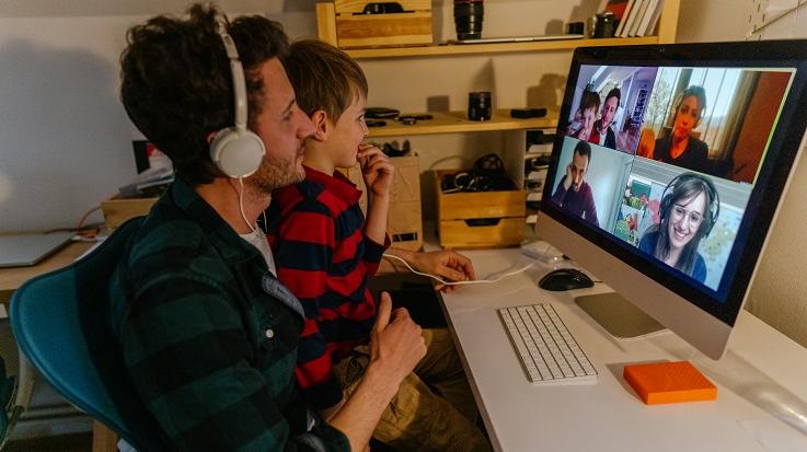 תמונה של אדם וילד בשיחת וידאו.