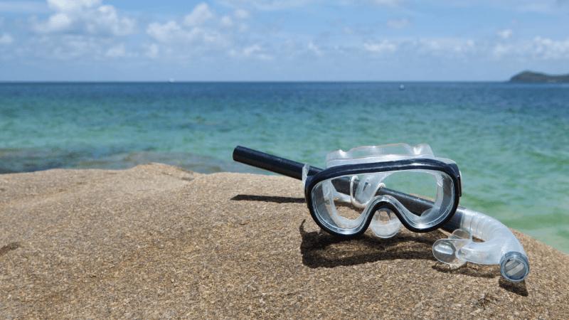 ציוד צלילה על חוף הים