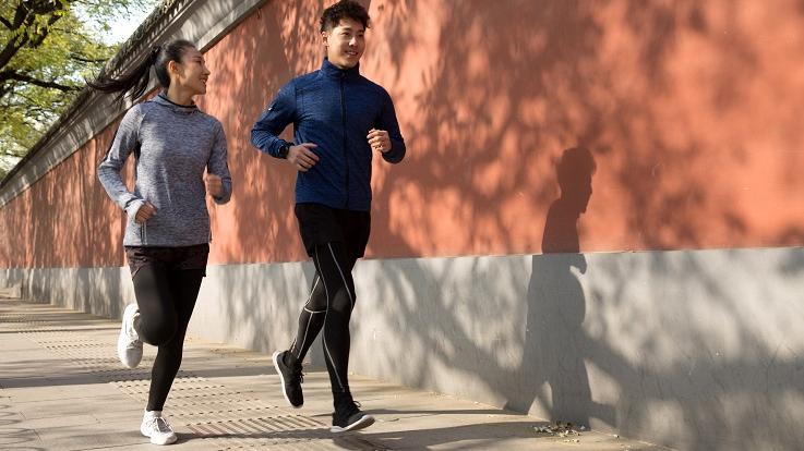 תמונה של שני אנשים רצים בחוץ