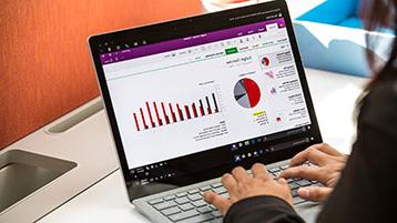 אדם עובד על תרשים של Excel