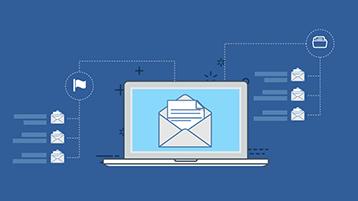 עמוד הכותרת של האינפוגרפיקה בנושא תיבת הדואר הנכנס המאורגנת - מחשב נישא עם מעטפה פתוחה על המסך