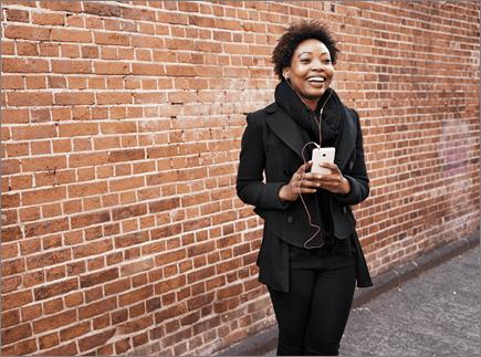 אישה מחזיקה מכשיר נייד