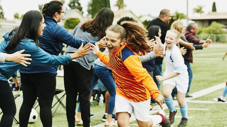 תמונה של הורים שמשחקים ילדים ברמה גבוהה לאחר משחק כדורגל
