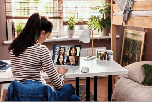 התלמיד משתתף בשיחת וידאו של Microsoft Teams במחשב נישא