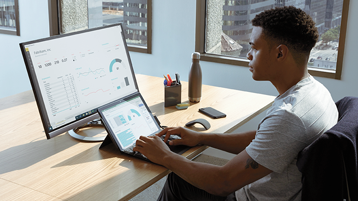 Muškarac koristi Surface s vanjskim monitorom