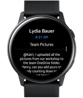Prikazuje Samsung Galaxy Watch s e-poštom na zaslonu.