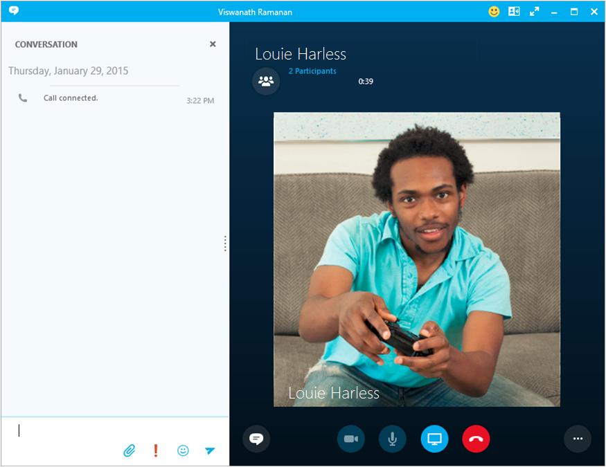 Cseveghet partnerével a Skype Vállalati verzióval és PBX-telefonnal folytatott hívás közben.