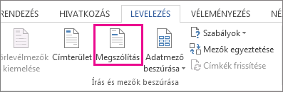 Képernyőkép a Word Levelezés lapjáról, amelyen a Megszólítás parancs van kiemelve.