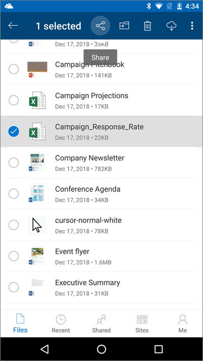 Képernyőkép: a OneDrive mobilapp egy kijelölt fájllal és a kiemelt feltöltési ikonnal