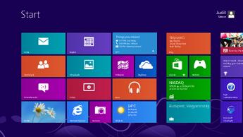 A Windows kezdőképernyője értesítéseket tartalmazó, kiemelt Lync-csempével