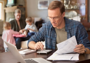 Seorang pria sedang mengerjakan dokumen