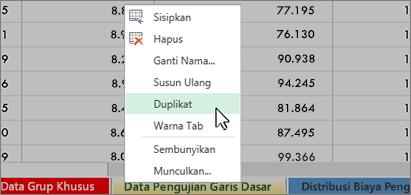 Lembar kerja di latar belakang dan menu kontekstual ditampilkan dengan perintah Duplikat dipilih