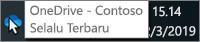 Cuplikan layar memperlihatkan kursor yang diarahkan ke ikon biru OneDrive di taskbar, dengan teks yang mengatakan OneDrive - Contoso.
