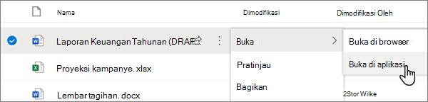 Opsi menu buka > buka di aplikasi dipilih untuk file Word di portal OneDrive online
