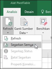 Refresh semua PivotTable dari Pita > Alat PivotTable > Analisis > Data, klik panah di bawah tombol Refresh lalu pilih Refresh Semua.