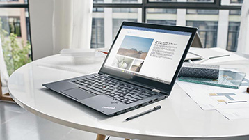 Laptop dengan dokumen Word terbuka