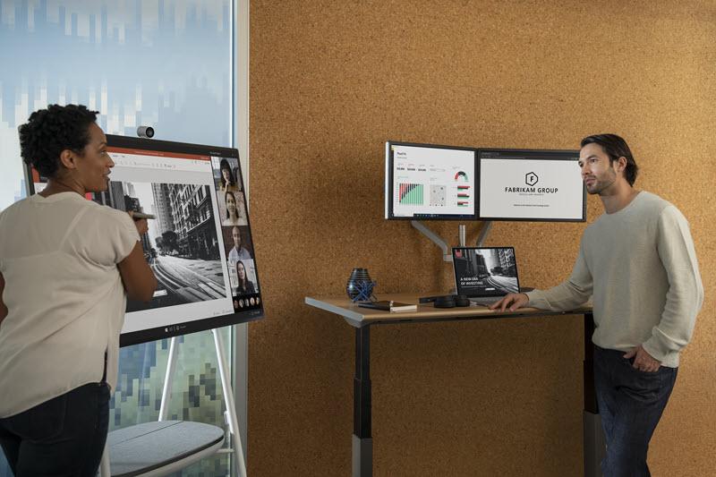 Foto seorang wanita dan seorang pria sedang bekerja