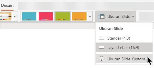 Opsi untuk ukuran slide tersedia di ujung kanan tab Desain pada pita toolbar di PowerPoint Online