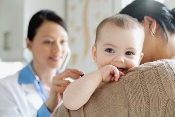 Un bambino a una visita di controllo dal medico
