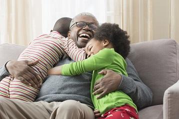 Foto di due bambini che abbracciano il proprio nonno
