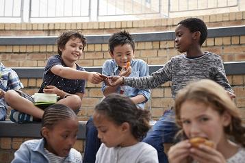 Foto di bambini che mangiano dolci e spuntini salutari