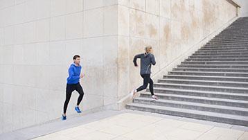 Due persone che fanno jogging.