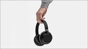 Surface Headphones を手に持っている