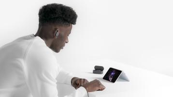 テント モードのテーブル上の Surface Duo