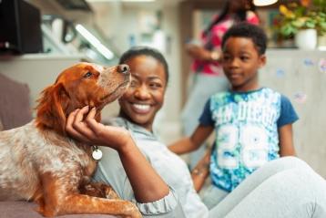 犬と笑顔の家族
