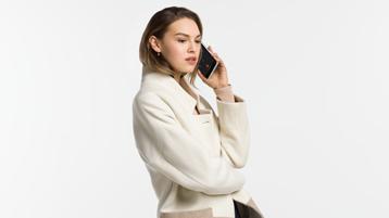 Surface Duo で電話をかかっている女性