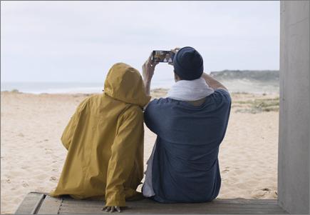 해변에서 사진을 찍고 있는 연인
